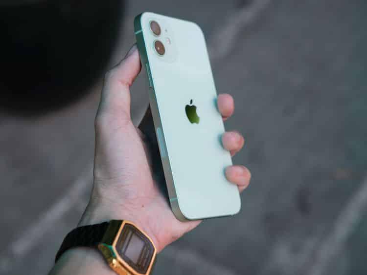 у кого лучше дизайн Galaxy S21 или iPhone 12